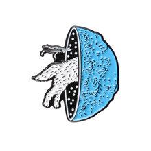 Pianeta blu crossing lupo dello smalto pin Attraverso il wormhole spille regalo Universo Spazio perni del Risvolto badge Animale gioielli personalizzati(China)