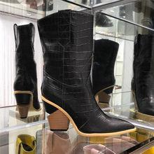 Mavi Pembe yılan derisi Kadın Botları 2018 Sivri Burun Batı Botları Kovboy Çizmeleri pist tasarım Garip Tarzı yüksek topuk Orta buzağı Çizmeler(China)