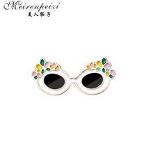 Meirenpeizi 3D Kacamata Pin Retro 3D Kacamata Merah dan Biru Keras Enamel Pin Pasangan Ini 3D Kacamata Adalah untuk anak-anak Keren Lencana(China)