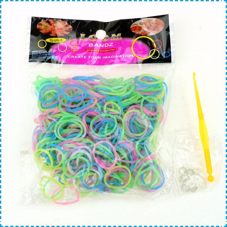 Упаковка резинок разноцветных с крючком для плетения. фото