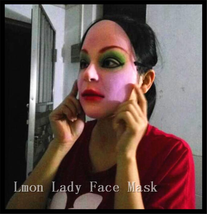 Телка примеряет маску из латекса