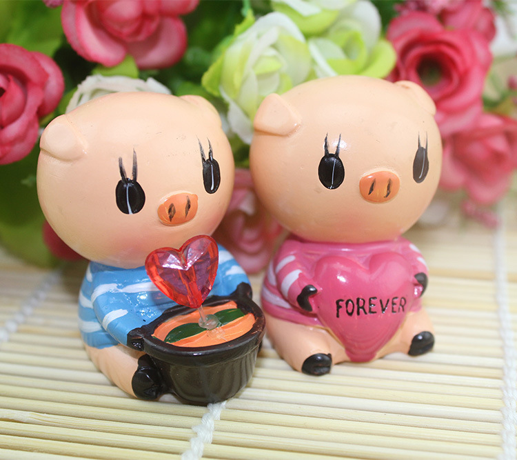 1Sets New LOVE pig dad mom Q version resin car decoration furnishing articles non-slip car doll Home decoration(China (Mainland))