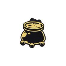 Scuro libro Magico Sfera Cranio Calderone Cuore Clessidra Croce Spilla Pins e T-Shirt Cappotto Risvolto Pin Distintivo Gioielli Gotico Strega perni(China)