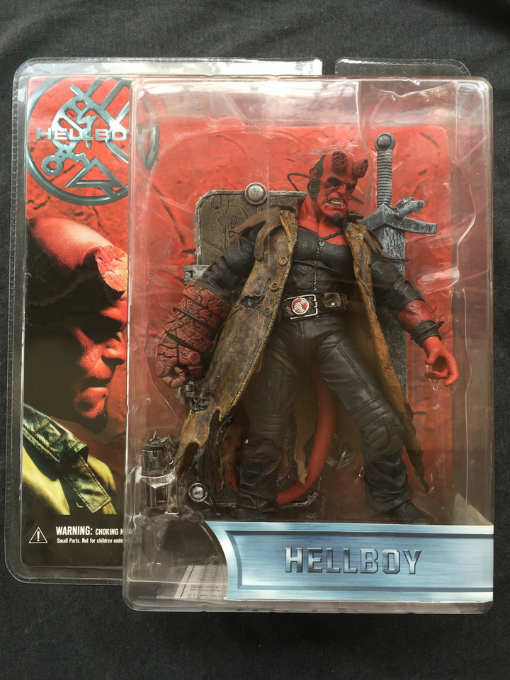 MEZCO Hellboy Movie 1.5 Battle Damaged Hellboy with Swords Collector Action Figure in stock Freeshipping(China (Mainland))