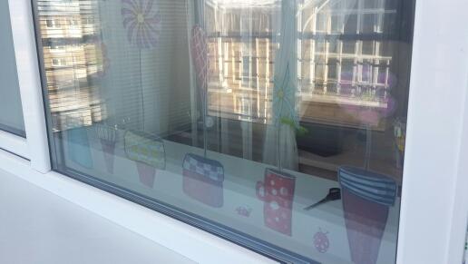 Я довольна. Продавцу огромное спасибо. Такая наклейка настоящая находка на окно в детской комнате, где мало бывает времени солнце. Ребенок в восторге, комната стала ярче. Люди берите не пожалеете.