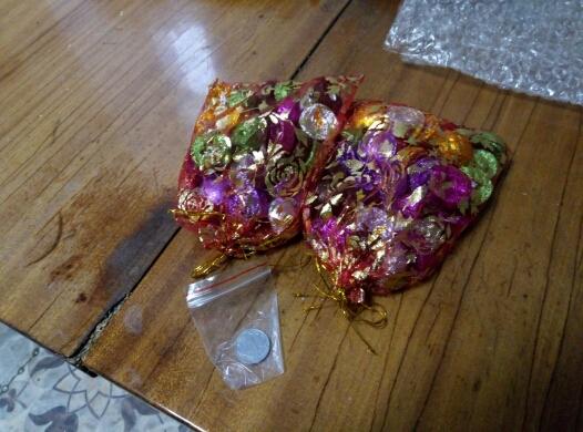 доставка очень порадовала,  14дней до свердловской области с момента заказа. пришло 2 мешочка как и просил,  в подарок положили монетку,  в одном мешочке было 34 капсулы вместо 35, немного расстроило.  ну да ладно, на вкус не пробовал,  но по виду похож.